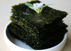 Roasted seaweed sheets (Gim-gui) Korean Side Dishes, Snack Recipes, Cooking Recipes, Snacks Ideas, Lunch Ideas, Free Recipes, Whole 30 Lunch, Bulgogi, Asian Cooking