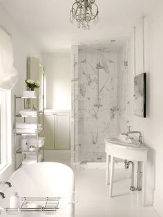 Banheiro em mármore com luz natural
