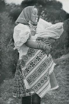 Kmotra z Važca, Liptov, Slovakia Folk Costume, Costumes, Antique Paint, Czech Republic, Baby Wearing, Vintage Photos, Celtic, Photo And Video, Blanket