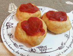 Le pizzette montanare fritte sono tipiche della cucina napoletana.Palline di impasto schiacciato, arricchite da sugo semplice formaggio a piacere,e basilico