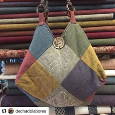 Sashiko & patchwork with Olympus Kofu Tsumugi made by Dechado in Madrid. Do it in lightweight leather! Patchwork Bags, Quilted Bag, Japanese Bag, Diy Purse, Japanese Embroidery, Purse Organization, Fabric Bags, Handmade Bags, Purses And Handbags