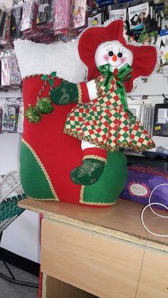 como para los moldes Christmas Crafts, Christmas Decorations, Xmas, Christmas Ornaments, Holiday Decor, Felt Flowers, Flower Pots, Crochet Projects, Christmas Stockings