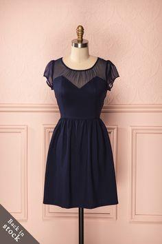 Mettez vos jolis traits en valeur dans cette robe d'une simplicité toute sobre. Emphasize your pretty features in this simple sober dress.