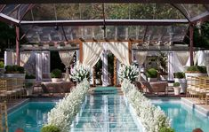 decoração de casamento com piscina e passarela