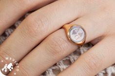 personalisierter Saphir von Mevisto als Siegelring. Erinnerungen an die Familie. Ein personalisierter Edelstein aus Haaren gefertigt. #siegelring#glutenfrei personalisiert#generation#familie#fürimmer#haar#gravur#saphir#einzigartig#gemeinsam#mevisto#seelenfrieden#initialen#monogram#siegel#wappen#familienwappen#unisex Signet Ring, 18k Gold, Light Blue, Rings For Men, Wedding Rings, Gemstones, Unique, Check, Jewelry