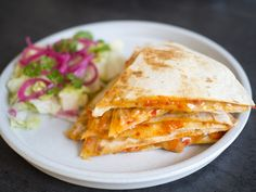 Smakrik paprikaquesadilla med ajvar, strimlad paprika och riven ost. Serveras med en sallad toppad med picklad rödlök.