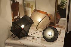 Com sua estética de design acessível, a Petite Friture trouxe a luminária de piso Moire, criação de Marc Sarrazin que também pode ser pendurada no teto