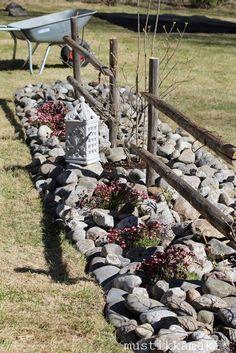 Kuvahaun tulos haulle seipäistä tehty aita Small Outdoor Spaces, Garden Projects, Garden Ideas, Garden Landscaping, Landscaping Ideas, Go Outside, Garden Inspiration, The Great Outdoors, Container Gardening