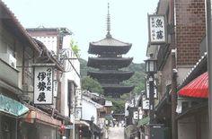 京都市では「歴史都市・京都」の美しい景観を守り育て、50年後、100年後の未来に引き継いでいくために、建物の高さや外観、眺望や町並み、屋外広告物の規制等を全面的に見直した「新景観政策」を平成19年9月から実施しています。