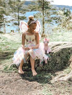 Enhjørningkjole fra scandiknit og strikketuppa Girls Dresses, Flower Girl Dresses, Unicorn Dress, Knitting Patterns, Wedding Dresses, Fashion, Pink, Carnival, Threading
