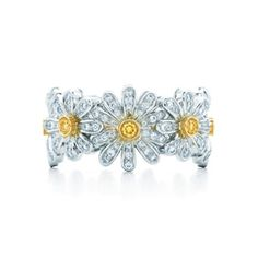 Jean Schlumberger Daisy Ring in gold with yellow and white diamonds. For my mom daisy Tiffany Rings, Tiffany And Co, Tiffany Jewelry, Daisy Ring, Daisy Chain, Daisy Wedding, Fine Jewelry, Daisy Jewellery, Jewelry Rings