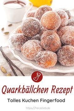 Kuchen Rezepte, Quarkbällchen Rezepte: Quarkbällchen von herzelieb. Diese handlichen, kleinen Bällchen oder Quarkinis sind tolles Fingerfood. Die besten Quarkbällchen sind selbstgebacken! Perfekt für eine Feier und sie sind sensationell zum Mitnehmen ins Büro oder zur Schule. Ganz einfach, lecker und saftig. Quarkbällchen einfach selber backen. Quarkbällchen Rezepte kann man wirklich nie genug haben. #herzelieb #kuchen #quarkbällchen Hamburger, Bread, Few Ingredients, Amazing Cakes, Finger Food, Bakken, Hamburgers, Bakeries, Breads