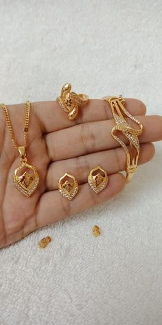 New Gold Bracelet And Ring Set Designs - Kurti Blouse Pearl Necklace Designs, Gold Pearl Necklace, Gold Earrings Designs, Coral Jewelry, Jewelry Art, Jewlery, Jewelry Design, Gold Plated Bracelets, Gold Bangles