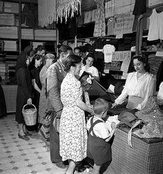 Πώληση με δελτίο εισαγόμενων από την UNRRA ενδυμάτων στη Χαλκίδα, τον Ιούνιο του 1945 στο κατάστημα της Γεωργίας Αφαντάκη . φωτ.Βούλα Παπαιωάννου