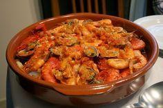 Recette de zarzuela, une bouillabaisse à l'espagnole - La zarzuela, cousine de la bouillabaisse de Marseille, plat unique, familial est une spécialité de la gastronomie catalane. Ce mélange de fruits de mer et poissons, cuit en ragoût, parfumé, est une cuisine authentique, de terroirs, de pêcheurs. La sarsuela s'assaisonne d'un aïoli à l'espagnole un peu spécial..