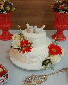 Bolo de casamento com chantininho e flores naturais