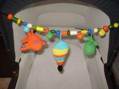 Hæklet barnevogns ophæng med flyvende objekter.