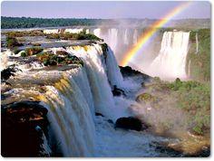 Las Cataratas del Iguazú se localizan en la provincia de Misiones, en el Parque Nacional Iguazú, Argentina, y en el Parque Nacional do Iguaçu del estado de Paraná, Brasil; asimismo, están próximas a la frontera entre Paraguay y Argentina (a solo 13,8 km en línea recta).  Estas cataratas están formadas por 275 saltos de hasta 80 m de altura, alimentados por el caudal del río Iguazú.