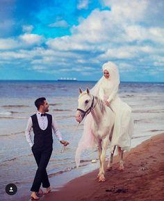 عروسان جميلان مع اجمل المخلوقات.  الخيول Pre Wedding Poses, Wedding Couple Photos, Bridal Poses, Wedding Couples, Cute Muslim Couples, Romantic Couples, Cute Couples, Couple Posing, Couple Shoot