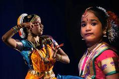 Due ballerine di Bharatanatyam, danza classica del sud dell'India.