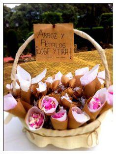 Kit de Hatillos de arroz reinventado en cono de flores para bodas. Uno de nuestras kiteras haciendo en un alarde de creatividad, ha reinventado los hatillos de arpillera y los ha convertido en estos bonitos y elegantes conos de arpillera para pétalos de flores. Gracias Isabel.