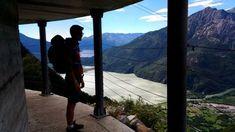 Tratti scavati nella roccia si alternano a gallerie e ponti in ferro. Questo percorso all'inizio della Val Chiavenna è molto affascinante e suggestivo.