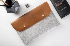 Leather and wool felt goods, MacBook, iPad, iPhone cases Diy Pochette, Felt Case, New Ipad Pro, Smartphone, How To Become Rich, Leather Texture, Distressed Leather, Ipad Mini, Laptop