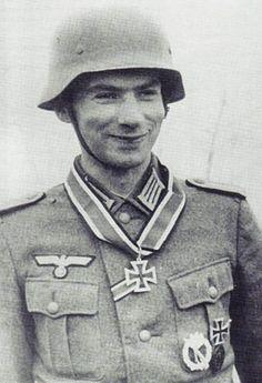 """Portrait du """"Leutnant der Reserve"""" Adrian von Foelkersam recevant la Ritterkreuz des Eisernen Kreuzes comme adjudant du I./Lehr-Regiment z.b.V. 800 """"Brandenburg""""  Le 14 septembre 1942.   En 1944, son unité est versée dans la SS et devient une grande partie de la SS-Jagdverband Ost. Il est alors nommé au grade de """"SS-Hauptsturmführer"""""""
