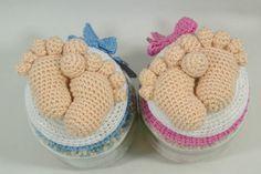 Een gratis Nederlands haakpatroon van een deksel met babyvoetjes. Leuk als kraamcadeautje. Kom snel naar haakinformatie voor meer informatie
