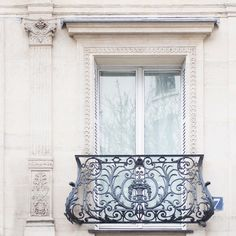 Bonjour, dear friends! On location all day so here's a pretty balcony for you! Have a beautiful day! More @aparisianmoment and @photosbydcp