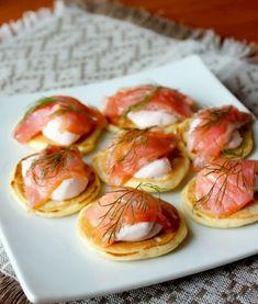 Мини-блинчики с лососем и острым сметанным соусом