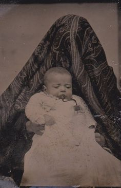 Hidden Mother Photography - a mother hides behind a cloth keeping the child very still until the photo is taken Antique Photos, Vintage Pictures, Old Pictures, Old Photos, Vintage Images, Mother Photos, Mother Images, Post Mortem Pictures, My Baby Daddy