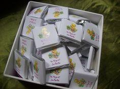 Chocolates personalizados de 4 cms por 4 cms de 11 gramos en caja de madera especial con aplique