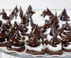 chocolate chip cookies with Italian meringue Sweet Recipes, Cake Recipes, Death By Chocolate, Hungarian Recipes, Xmas Food, Vegan Thanksgiving, Vegan Kitchen, Homemade Chocolate, Pavlova