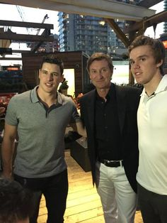 Wouldn't this be a great meeting? A legend (Wayne Gretzky), present star (Sidney Crosby) and a budding (unproven as of yet) up and comer ( Connor McDavid). What a great photo! Hockey Girls, Hockey Mom, Ice Hockey, Rangers Hockey, Hockey Stuff, Hot Hockey Players, Nhl Players, Canada Hockey, Connor Mcdavid