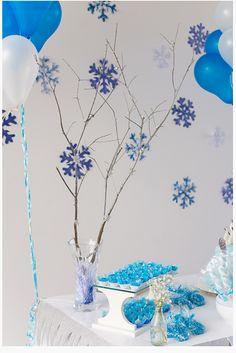 Decoração festa frozen feita em casa! Usei galhos...Coloquei perolas ficou um charme!  Os flocos de neve colados na parede também são bem fáceis de fazer https://www.youtube.com/watch?v=AxYvchoXEG8!