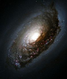 Галактика Черный глаз. Названа так из-за образовавшегося в результате древнего взрыва черного кольца с бурлением внутри.
