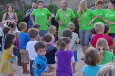 Kinderdans aan het zwembad in de Oekkieweek van La Garde Freinet....
