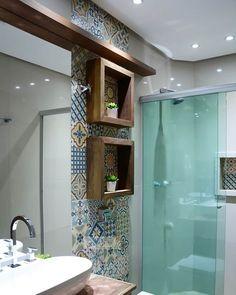Pensou que ladrilho hidráulico não era pra banheiro? ficou leeeendo! Nichos de madeira chique demais. #Projeto #designdeinteriores #design #arquitetura #decor #inspiração #home #arquiteta #instadesign #homedecor #archilovers #detalhes #interior #inspiration #furniture #decoraçao #decoration #instagood #bathroom #banheiros #myhome #interiors #archtect #arquitetura #lifestyle #instagood #instadesign #horadadecor #luxury #rhanisantos #detalhes