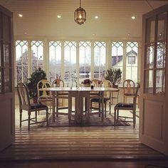 Vacker veranda i Sollentuna Door Arbor, Stockholm, Porches, Windows, Table Decorations, Wall, Window Ideas, Room, Fences