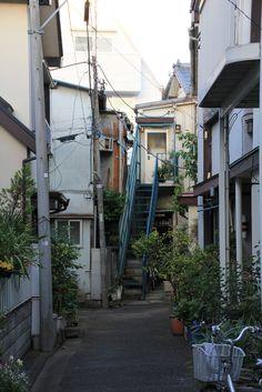 路地と鉄階段 - yorozuna
