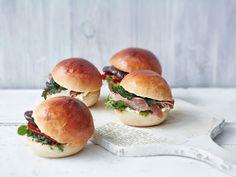 Briossisämpylät Salmon Burgers, Bagel, Hamburger, Bread, Ethnic Recipes, Food, Meals, Brot, Essen