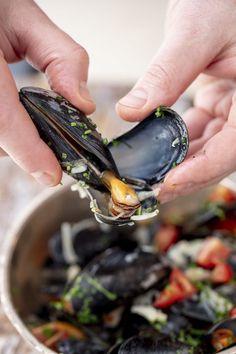 Sinisimpukan kuoria voi käyttää simpukan lihan irrottamisessa apuna. Ne toimivat näppärinä pihteinä. Muscat, Aioli, Alsace, Grains, Rings For Men, Food, Red Peppers, Men Rings, Essen