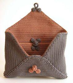 Ravelry: Reversible envelope clutch pattern by ChabeGS ༺✿Teresa Restegui http://www.pinterest.com/teretegui/✿༻