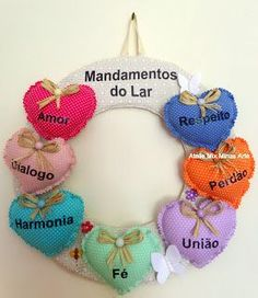 Discover thousands of images about Guirlanda de Natal: 120 Modelos e Como Fazer Passo a Passo Felt Crafts, Diy And Crafts, Dollar Tree Wedding, Fabric Hearts, Old Sewing Machines, Welcome Wreath, Stuffed Animal Patterns, Beautiful Christmas, Little Gifts