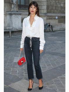 Französinnen wie Jeanne Damas tragen sehr gerne Jeans - aber in den meisten Fällen mit Heels. Das gibt der Jeans eine elegante Note und streckt das Bein. Die Absätze sind dabei niemals schwindelerregend hoch - aber ganz flach kommen die Schuhe zum Denim-Look eben auch nie daher.Mehr zum Thema Jeans hier: Welche Jeans passt zu mir?