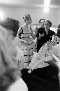 1957 white organdy dress threaded through with black velvet ribbons by Christian Dior Vintage Fashion 1950s, Fifties Fashion, Vintage Dior, Retro Fashion, Fifties Style, Vintage Couture, Christian Dior, Vintage Fashion Photography, Photography Women