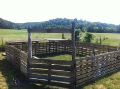 Fence posts with pallets slipped over them. Good idea for emergency pens or horses on temp stall rest that are used to being out 24/7