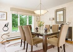 Esszimmer gestalten – mischen Sie den traditionellen Stil mit zeitgenössischen Akzenten - esszimmer gestalten beige polsterstühle teppichboden neutrale farben