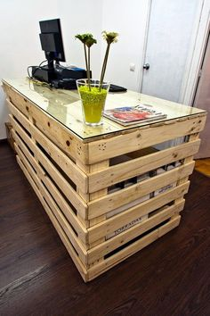 Use Pallet Wood Projects to Create Unique Home Decor Items Bar Pallet, Pallet Desk, Pallet Furniture, Furniture Plans, System Furniture, Furniture Chairs, Garden Furniture, Bedroom Furniture, Furniture Sets